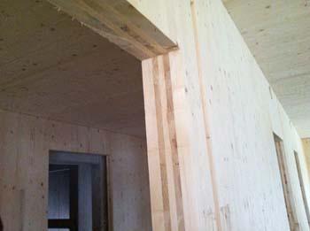 Detalle de los muros de madera maciza en el ECR Demoprojekt