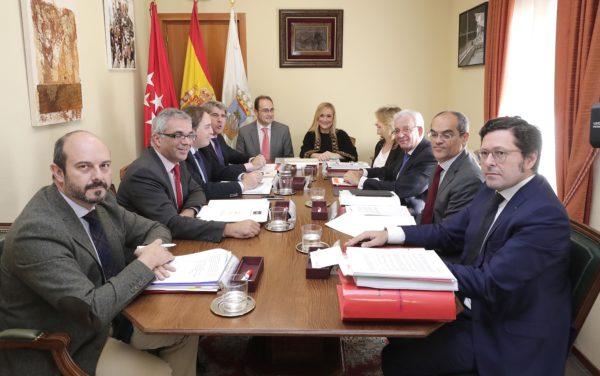 La presidenta de la Comunidad de Madrid, Cristina Cifuentes junto al consejero de Presidencia, Justicia y Portavoz, Ángel Garrido, y al de Transportes, Vivienda e Infraestructuras, Pedro Rollán.