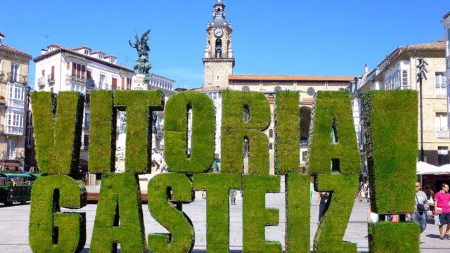 Vitoria_-_Plaza_de_la_Virgen_Blanca,_Logo_Vitoria_Gasteiz_!