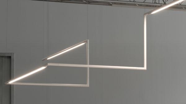 Slim System es un diseño de Josep Lluscà paraFluvia, de formas neutras y geometrías puras. Un sistema suspendido de iluminación general flexible y versátil, ya que sus accesorios permiten un crecimiento vertical; es orientable 330º, ofrece unrendimiento lumínico superior a 80lm/w y control del deslumbramiento.