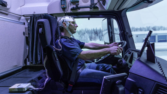 Daylight+: Forscherteam der Daimler AG findet Dank Sensoren heraus, dass zusätzliches Licht das mentale Befinden des Truckers positiv beeinflusst. ;  Daylight+: team of researchers at Daimler AG examines because of sensors the effects of additional light on the mental state of truck drivers.;