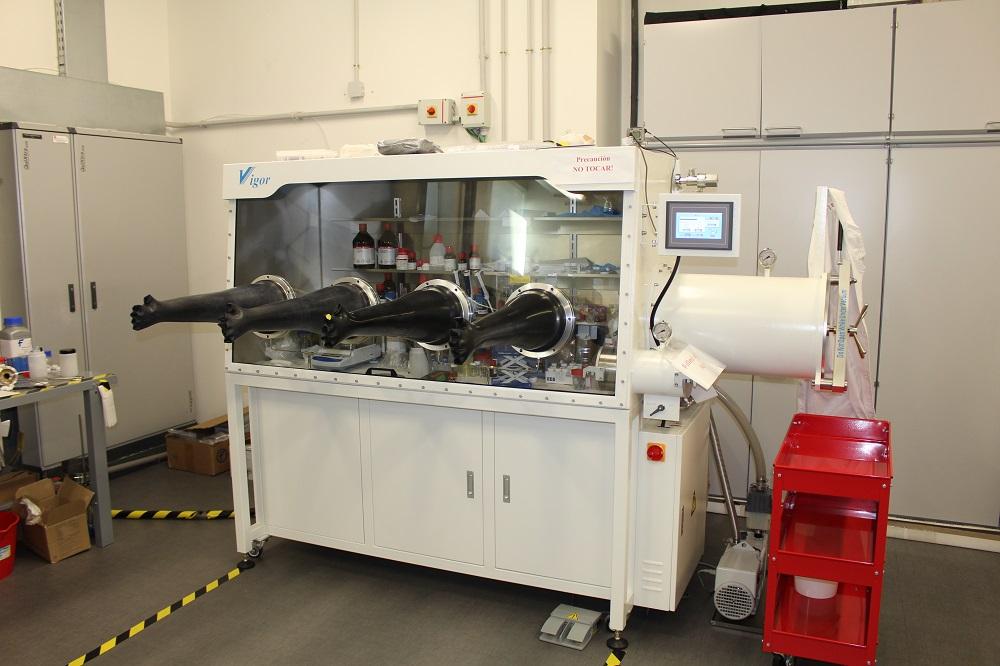 Laboratorio de atmosfera controlada. Caja de guantes para fabricación de baterias.