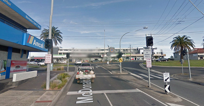 sistema inteligente, Semáforo inteligente situado antes del cruce de McDonald St. con Nepean Highway, en Melbourne (Australia), que solo se activa y pone en rojo cuando hay mucho tráfico en la carretera principal. / ©Google Maps
